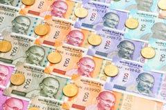 Nuevas de billetes de banco del indio 10, 50, 100, 200, 500 y 2000 rupias y cinco monedas de la rupia Fondo ornamental del dinero