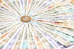 Nuevas de billetes de banco del indio 10, 50, 100, 200, 500 y 2000 rupias y moneda de diez rupias Fondo ornamental del dinero col