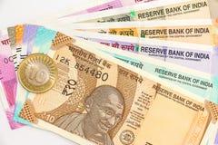 Nuevas de billetes de banco del indio 10, 50, 100, 200, 500 y 2000 rupias y moneda