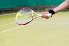 Nuevas estafa y bola de tenis en la acción Imagenes de archivo