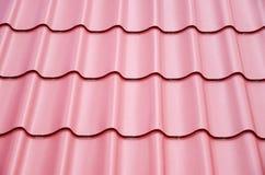 Nuevas hojas de acero en el tejado del metal Imagenes de archivo