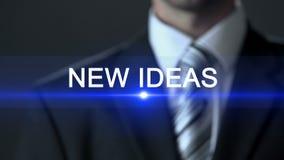 Nuevas ideas, hombre de negocios en el traje que presiona la pantalla del botón, innovación, nuevo descubrimiento almacen de metraje de vídeo
