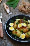 Nuevas patatas con los huevos de codornices imagen de archivo