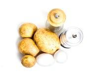 Nuevas patatas, huevos y coctelera de sal y de pimienta Foto de archivo libre de regalías