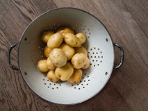 Nuevas patatas lavadas en un collander foto de archivo libre de regalías