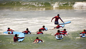 Nuevas personas que practica surf Foto de archivo libre de regalías