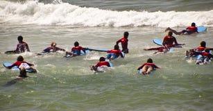 Nuevas personas que practica surf Fotos de archivo libres de regalías