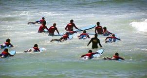 Nuevas personas que practica surf Imagenes de archivo