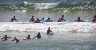 Nuevas personas que practica surf Imagen de archivo libre de regalías