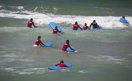 Nuevas personas que practica surf Foto de archivo