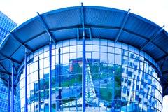 Nuevas reflexiones de las ventanas del centro de negocios fotos de archivo libres de regalías