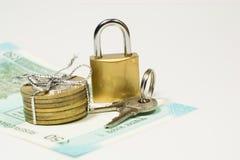 Nuevas 50 rupias de Indain Curency y monedas de 10 rupias con la cerradura y llaves en el fondo blanco con el espacio de la copia Fotografía de archivo