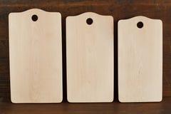 Nuevas tablas de cortar del árbol de un árbol de abedul en fondo de madera antiguo Imagen de archivo libre de regalías