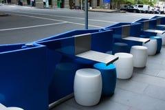 Nuevas tablas y sillas elegantes Imagenes de archivo