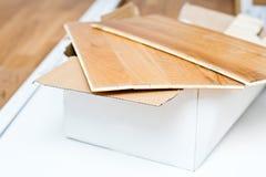 Nuevas tejas listas para tejar el piso de madera foto de archivo