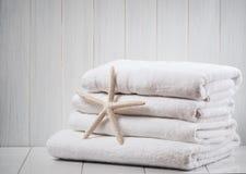 Nuevas toallas blancas Imagen de archivo
