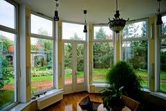 Nuevas ventanas del pvc en interior viejo-diseñado fotos de archivo
