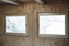 Nuevas ventanas eficientes instaladas en casa de madera Foto de archivo libre de regalías