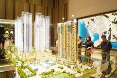 Nuevas ventas residenciales en compañía del conducto de las propiedades inmobiliarias imagenes de archivo