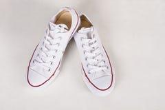 Nuevas zapatillas de deporte blancas hermosas para los adolescentes Foto de archivo libre de regalías