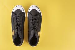 Nuevas zapatillas de deporte del ` s de los hombres negros Imagenes de archivo