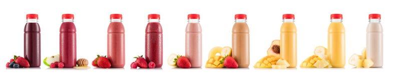 Nueve gustos del smoothie en botella plástica con la fruta fotos de archivo libres de regalías
