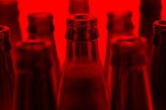 Nueve verdes y las botellas marrones una tiraron con la luz roja Imagen de archivo libre de regalías