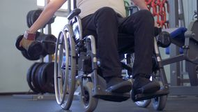Nuevo acercamiento en hacer ejercicio con pesas de gimnasia del hombre discapacitado metrajes