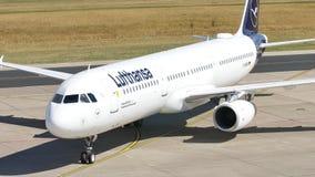Nuevo aeroplano de la librea de Lufthansa en la pista metrajes