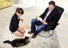 Nuevo animal doméstico adoptado en una sala de estar Imagen de archivo