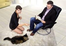 Nuevo animal doméstico adoptado en una sala de estar Imágenes de archivo libres de regalías