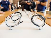 Nuevo Apple mira la serie 3 en fila en Apple Store Imágenes de archivo libres de regalías