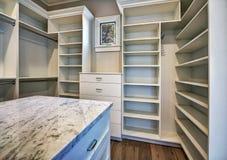 Nuevo armario casero moderno del dormitorio principal foto de archivo
