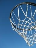 Nuevo aro de baloncesto que espera un juego para comenzar imagen de archivo