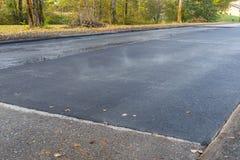 Nuevo asfalto negro caliente del betún que fuma Fotografía de archivo libre de regalías