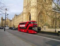 Nuevo autobús rojo de Londres fotografía de archivo libre de regalías
