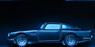 Nuevo automóvil miniatura brillante en la exhibición en el aislamiento Fotografía de archivo libre de regalías