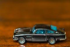 Nuevo automóvil miniatura brillante en la exhibición en el aislamiento Imagen de archivo