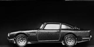 Nuevo automóvil miniatura brillante en la exhibición en el aislamiento Fotografía de archivo