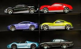 Nuevo automóvil miniatura brillante en la exhibición en el aislamiento Foto de archivo