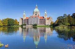 Nuevo ayuntamiento con la reflexión en el agua en Hannover Fotos de archivo
