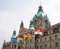 Nuevo ayuntamiento en Hannover Alemania con las banderas Fotos de archivo