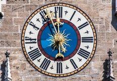 Nuevo ayuntamiento Munich Alemania el reloj Foto de archivo
