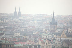 Nuevo ayuntamiento y santo Ludmila Church en Praga, República Checa Imagenes de archivo