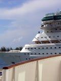 Nuevo barco de cruceros detrás de la cubierta del barco de cruceros de la vendimia foto de archivo libre de regalías