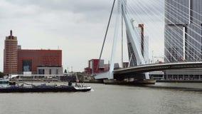 Nuevo barco moderno que pasa debajo del puente de Erasmus sobre Nieuwe Mosa en Rotterdam, Países Bajos almacen de video