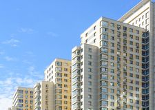 Nuevo bloque de edificios de las viviendas Imagen de archivo libre de regalías