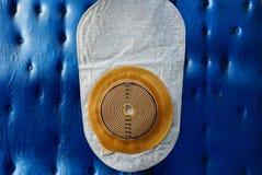 nuevo bolso blanco de la operación del intestino grueso en el fondo azul de la pared fotografía de archivo