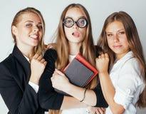 Nuevo bookwarm del estudiante en vidrios contra grupo casual en el drama blanco, adolescente, concepto de la gente de la forma de Fotos de archivo libres de regalías
