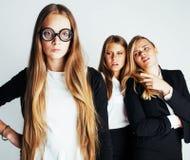 Nuevo bookwarm del estudiante en vidrios contra grupo casual en el drama blanco, adolescente, concepto de la gente de la forma de Fotografía de archivo